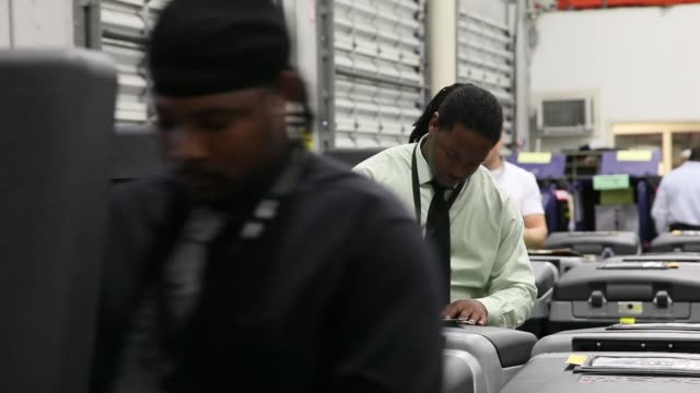 panning shot of election officials checking voting machines no sound miamidade county elections department tests voting equipment ahead of mid may... - miami dade county bildbanksvideor och videomaterial från bakom kulisserna