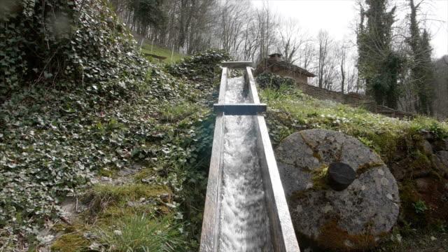 Schuss des fallenden Wassers im Wald schwenken