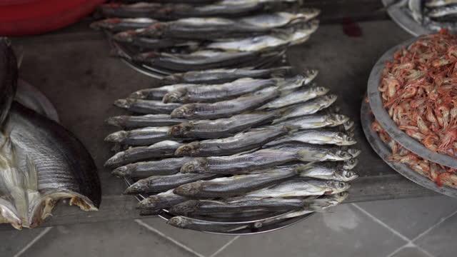 panning shot of fresh seafood on display at street fish market in city - suzhou, china - 獲った魚点の映像素材/bロール