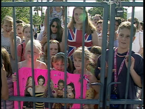 vídeos de stock e filmes b-roll de panning shot of girls behind fence saying 'we love the spice girls' - spice girls