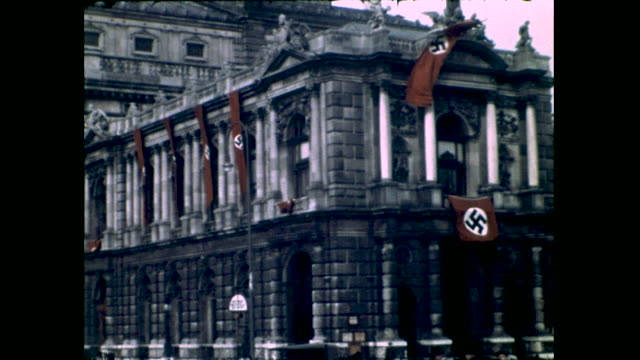 panning shot of historical building covered in nazi swastika flags; shot of people walking in the park, building with lots of pillars in the... - 反ユダヤ主義点の映像素材/bロール
