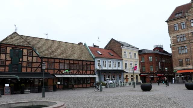 ショットのマルメ ダウンタウン小さな正方形リラ トーリ スウェーデンのパン - dolly shot点の映像素材/bロール
