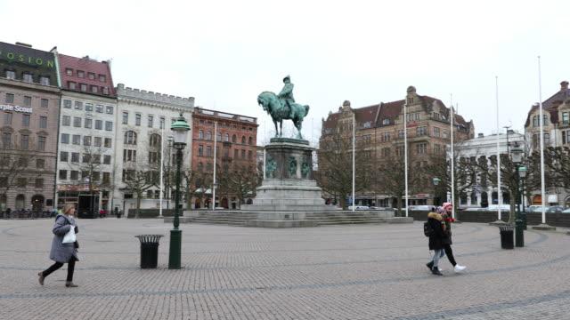 vídeos de stock e filmes b-roll de panning shot of malmo downtown stortorget square torg sweden - sweden
