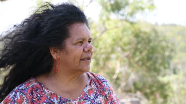 vídeos y material grabado en eventos de stock de toma panorámica de madura mujer aborigen - cultura aborigen australiana