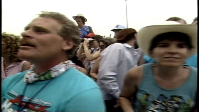 panning shot of people in crowd at concert in new orleans - お祭り好き点の映像素材/bロール