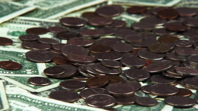 stockvideo's en b-roll-footage met panning shot of scattered american bills and coins. - amerikaanse munt