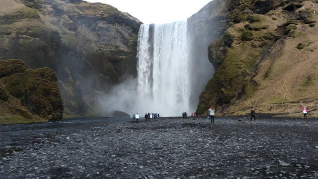Panning shot van Skogafoss waterval, IJsland