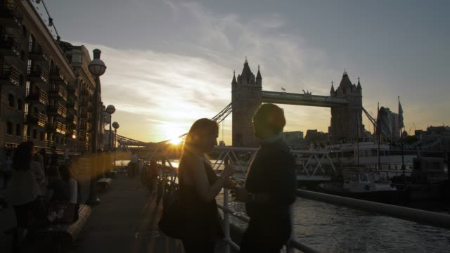 panning shot of sunset at tower bridge from butlers wharf, southwark, london, england, united kingdom, europe - flussufer stock-videos und b-roll-filmmaterial