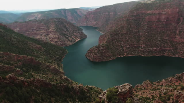 panning shot of the green river in a valley in the utah mountains from the edge of the rim view point - river green stock videos & royalty-free footage