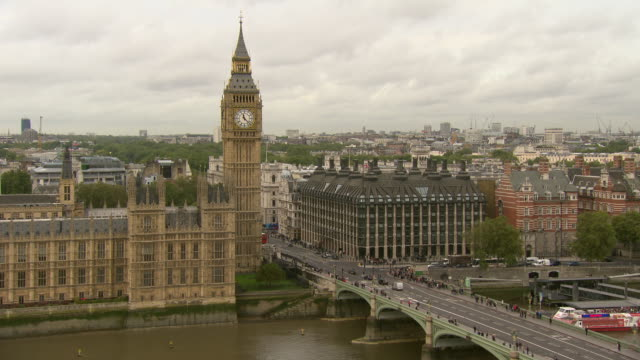 panning shot of the houses of parliament - ビッグベン点の映像素材/bロール