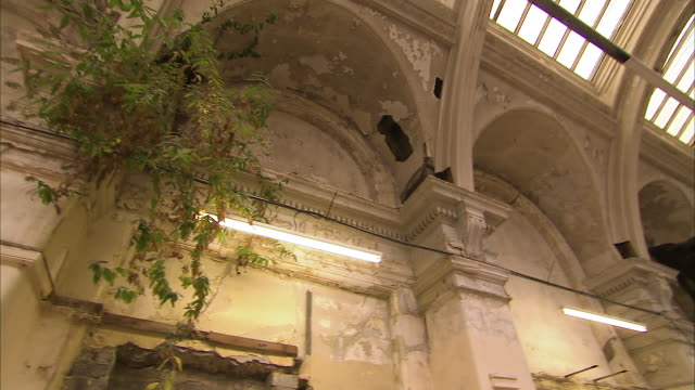 vídeos de stock e filmes b-roll de panning shot of the inside an building - claraboia