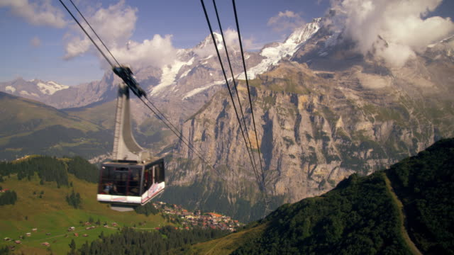 stockvideo's en b-roll-footage met panning shot of the swiss alps - kabelwagen