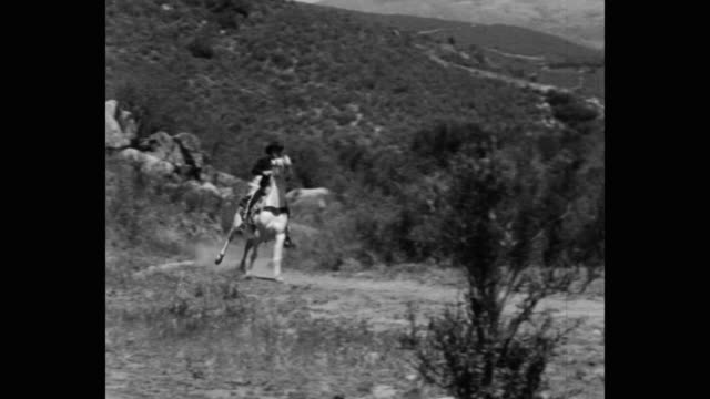 stockvideo's en b-roll-footage met panning shot of thief riding horse on dirt track - alleen één mid volwassen man