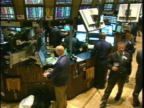 vídeos y material grabado en eventos de stock de panning shot of traders at work on the floor of the new york stock exchange. - business or economy or employment and labor or financial market or finance or agriculture
