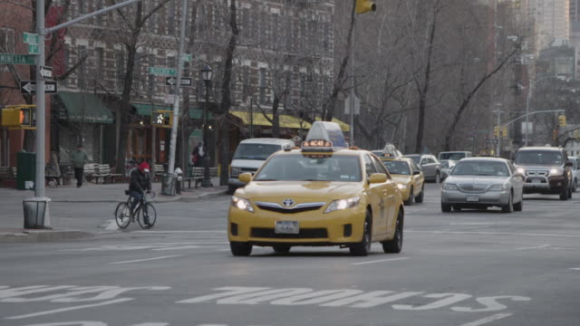 panning shot of traffic in new york city - messaggio video stock e b–roll