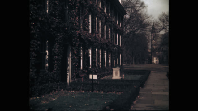 panning shot of yale university covered with creeper plant and campus, new haven, connecticut, usa - ニューヘイブン点の映像素材/bロール