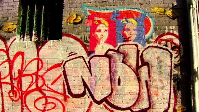 stockvideo's en b-roll-footage met panning shot on graffiti art - graffiti