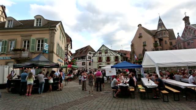 panorering skott: fotgängare trångt eguisheim byn stadsbilden alsace frankrike - lorraine bildbanksvideor och videomaterial från bakom kulisserna