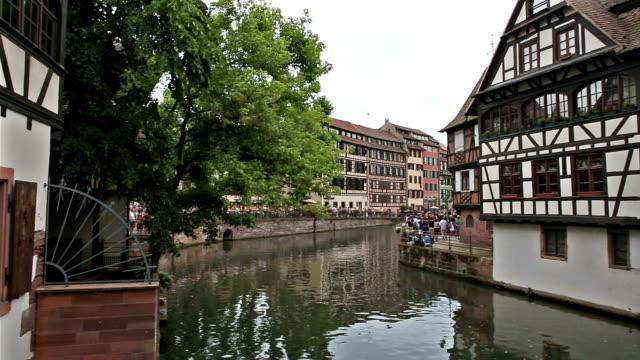 vídeos de stock e filmes b-roll de panning shot: pedestrian crowded la petite square strasbourg france - estrasburgo