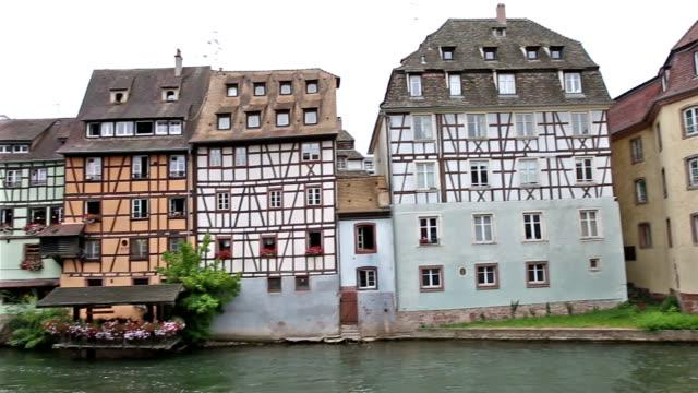 Panning Shot: Fußgänger voll La Petite Square Straßburg Frankreich