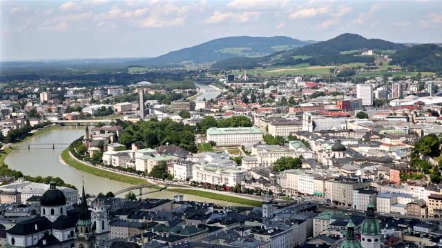 Panning Shot: Fußgänger drängten Salzburger Stadtbild Stadt Platz Österreich