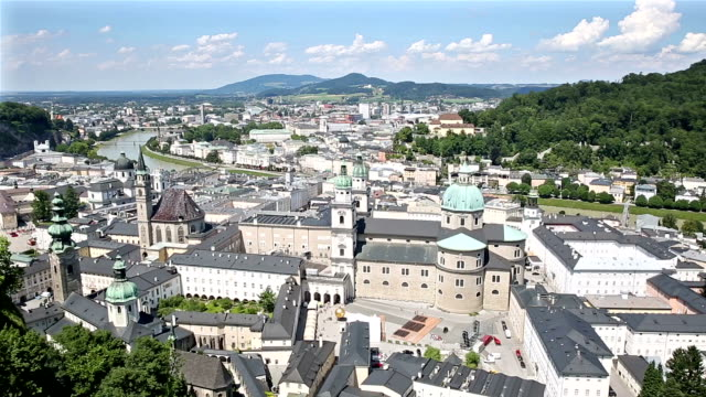 stockvideo's en b-roll-footage met panning shot: voetganger overvolle salzburg cityscape city vierkante oostenrijk - oostenrijkse cultuur