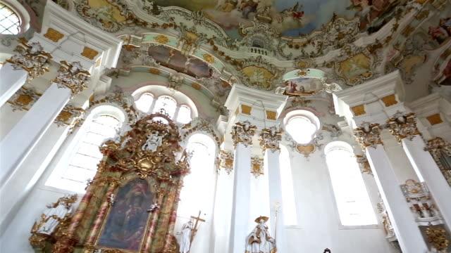 Panning Shot: Wallfahrt Kirche von Wies in der Nähe von Füssen, Bayern, Deutschland