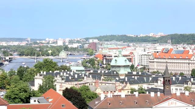 vídeos de stock, filmes e b-roll de garimpando o tiro: praga paisagem urbana com charles bridge oferece mais república checa - mala strana