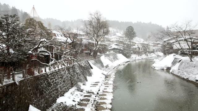 HD パンニングショット: 高山市旧市街と川降雪