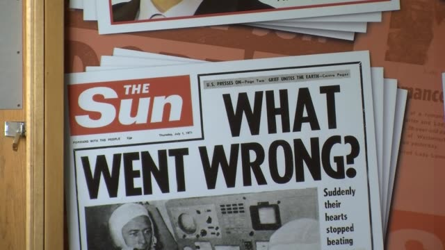 """panning shot, """"the sun""""cover from july 1, 1971. empty news of the world offices in wapping, london on august 12, 2013. - 不祥事点の映像素材/bロール"""