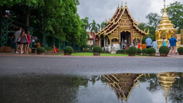 panning shot zeitraffer der tempel in chiang mai thailand - provinz chiang mai stock-videos und b-roll-filmmaterial