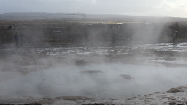 Panning Shot: Tourist am Strokkur Geysir auf Island