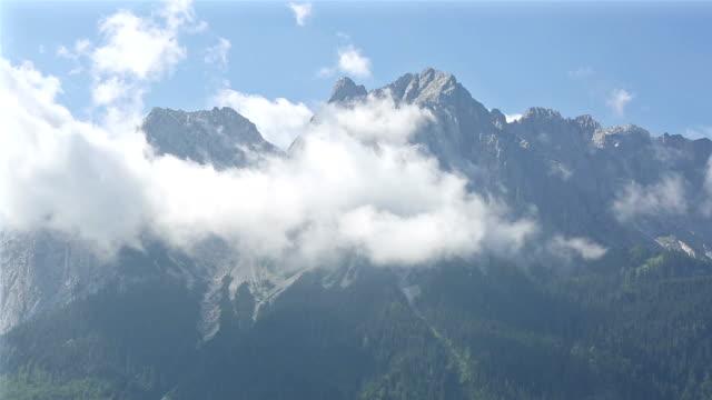 vídeos de stock, filmes e b-roll de garimpando o tiro: top de paisagem montanhosa zugspitze alpine alpes da alemanha - montanha zugspitze