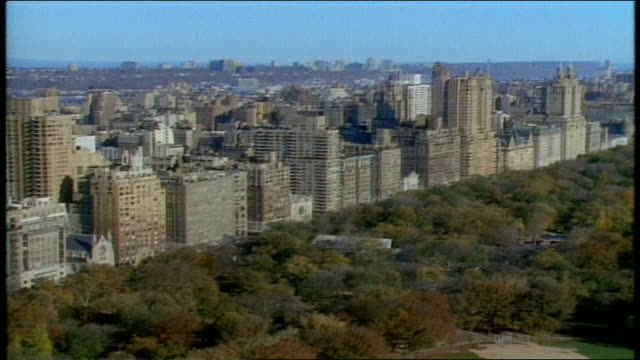 vidéos et rushes de panning shots from central park trees to buildings - central park manhattan