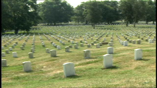 vídeos y material grabado en eventos de stock de panning shots of graves at arlington national cemetery - arlington