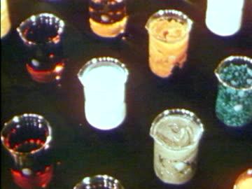 vídeos de stock, filmes e b-roll de a panning shots of various types of liquid in beakers - artigos de vidro de laboratório