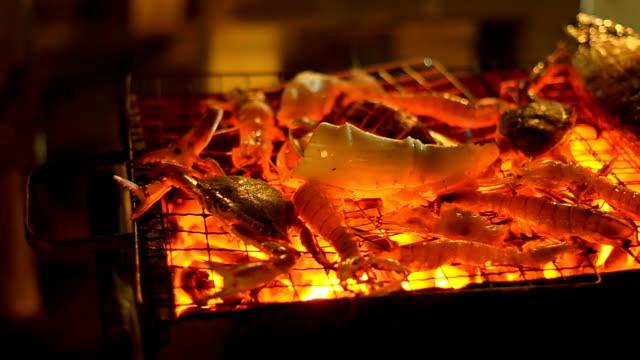パン:エビやカニアカシマホソユビシャコな魚やシーフードのバーベキュー - カニ点の映像素材/bロール