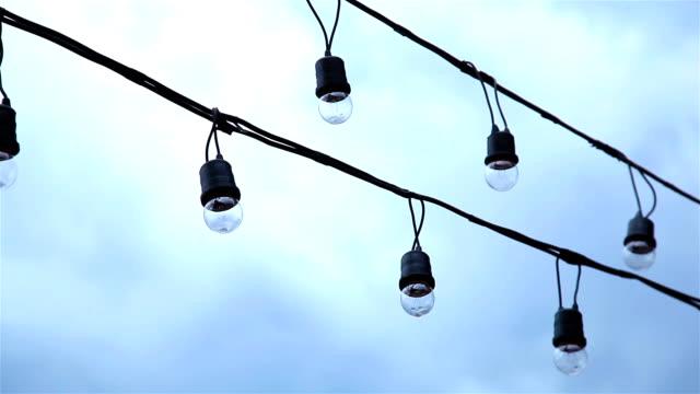 HD Schwenken: Kleine Lampe, die hung über Kabel.