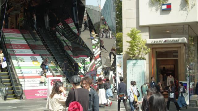 vídeos y material grabado en eventos de stock de panning street scene outside tokyu plaza in harajuku, tokyo - lugar de comercio