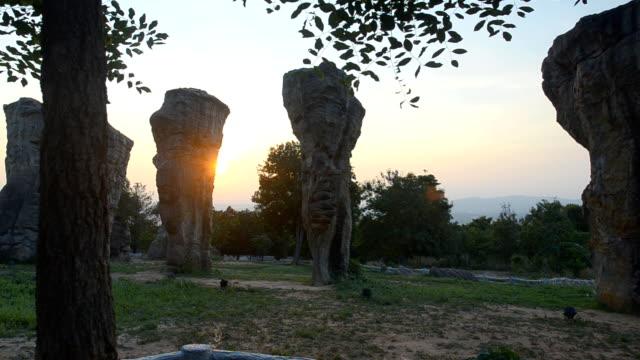 パン: タイの mo ヒン カオ チャイヤプームの石 henge の日光 - 石柱点の映像素材/bロール