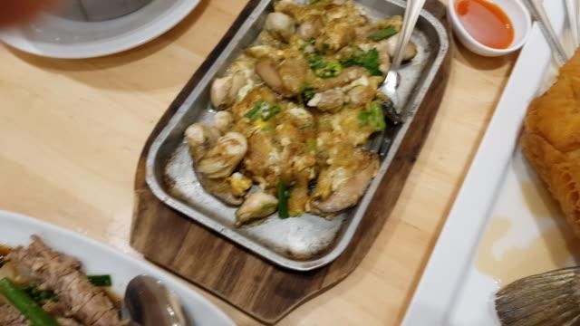 panning thai food on table - mollusco video stock e b–roll