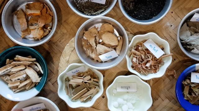 stockvideo's en b-roll-footage met panning thaise kruiden en kruiden - curry powder