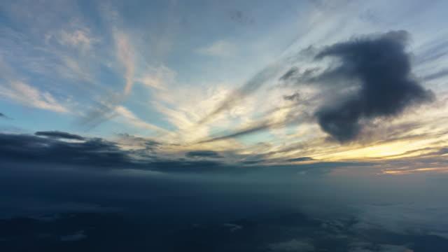 vídeos de stock, filmes e b-roll de 4k panning lapso de tempo belo nascer do sol no ponto de vista da parte superior do mt fuji - brilhante luminosidade
