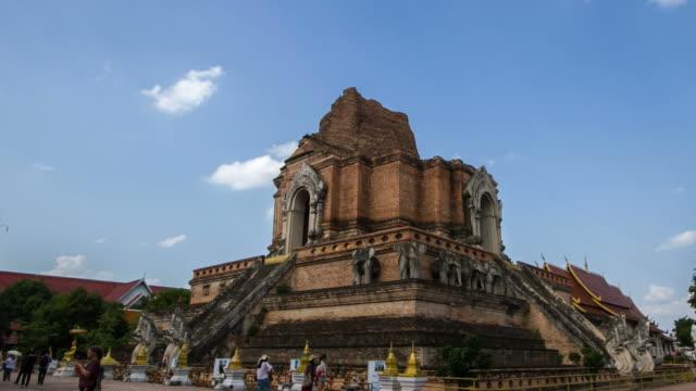 vídeos de stock e filmes b-roll de rolamento intervalo de tempo de chedi luang templo em chiang mai tailândia - santuário