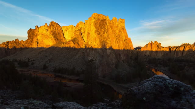 panning time lapse shot of sunrise over river amidst rock formations at smith rock state park - terrebonne, oregon - oregon us state stock videos & royalty-free footage