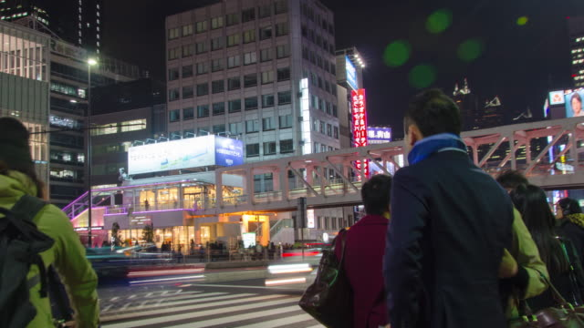 4kパンニングタイム経過 :東京・新宿区の交通 - 街灯点の映像素材/bロール