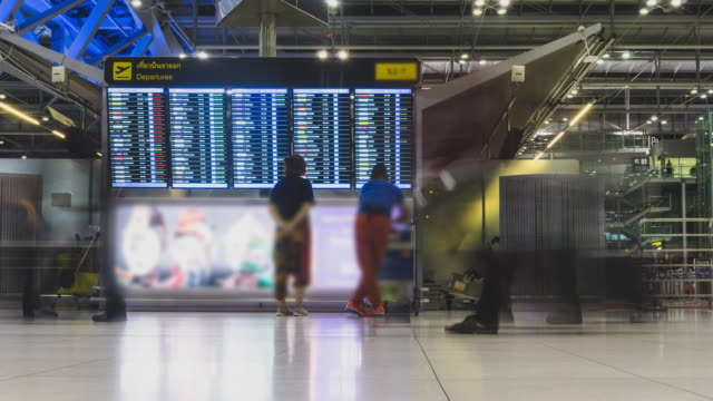 vídeos de stock e filmes b-roll de 4k panning timelapse : flight schedules in airport terminal time lapse - efeito panning