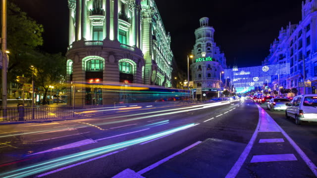 vídeos y material grabado en eventos de stock de panning timelapse of traffic on gran vía at night - exposición larga