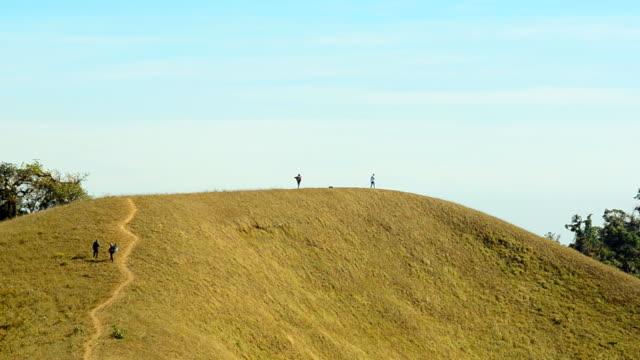 Schwenken: Winzige Rucksacktourist versuchen, um das Ziel, Big-mountain