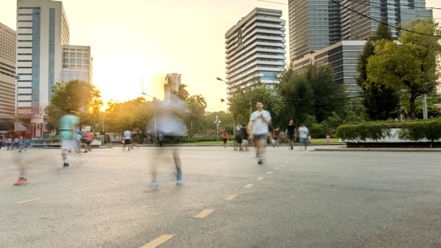 panning TL: Persone piace correre al tramonto nel parco